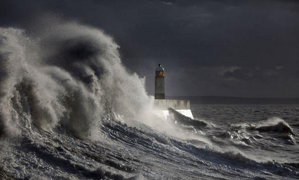 Сон: к чему снится видеть большой шторм на корабле и огромные волны в море?