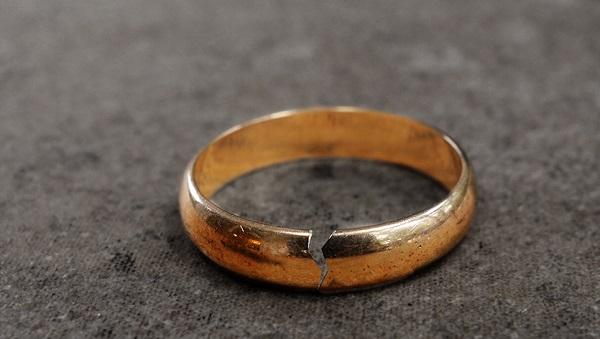 Если во сне выпал камень из кольца, то запланированная свадьба или предстоящее свидание не состоятся.